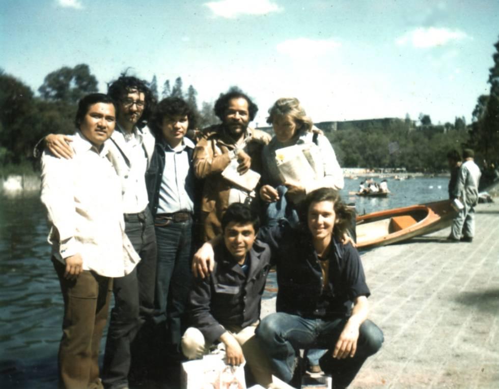 Los Infrarrealistas en Ciudad de México, en 1975. De pie, Macario Matus, Roberto Bolaño, Mario Santiago (Ulises Lima en 'Los detectives salvajes'), Orlando Guillén y Alcira Soust Scaffo. Agachados, Julián Gómez y Bruno Montané.